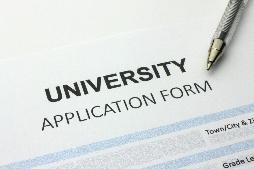 Điền vào đơn đăng ký là bước khởi đầu cho quá trình nộp hồ sơ vào các trường đại học Tây Ban Nha
