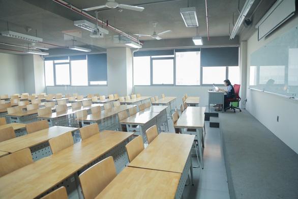 Lớp học vắng vẻ vì học sinh sinh viên được nghỉ học dài ngày do ảnh hưởng của dịch bệnh
