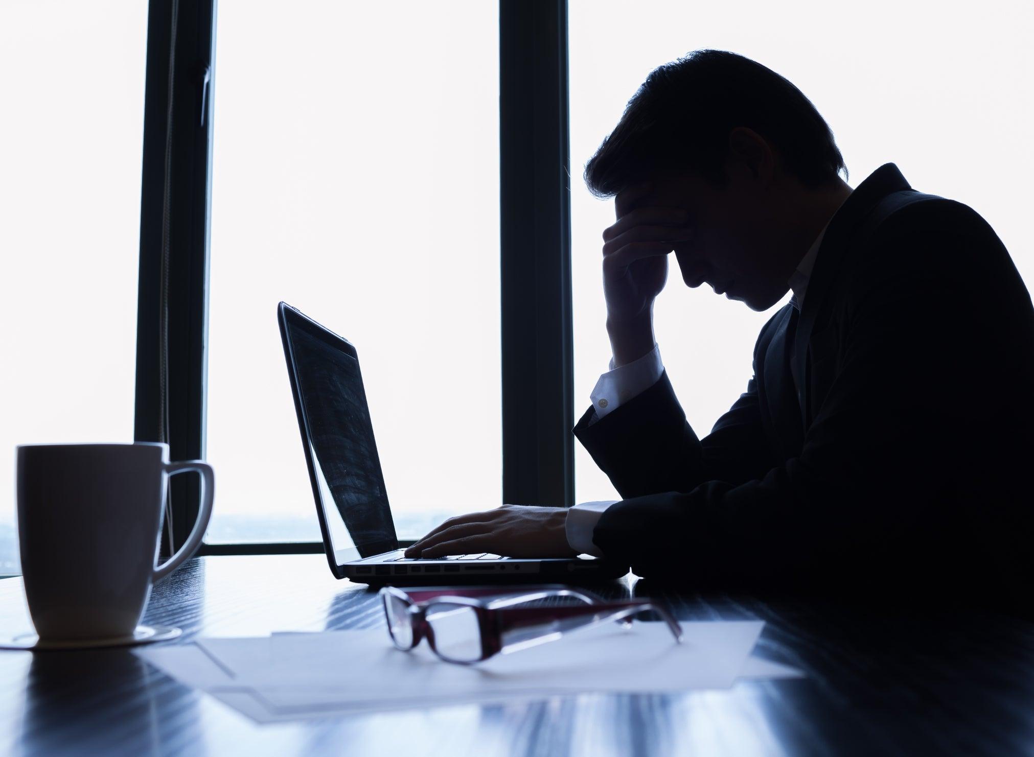 Chúng ta dễ rơi vào hoang mang, lo lắng giữa ma trận thông tin tiêu cực