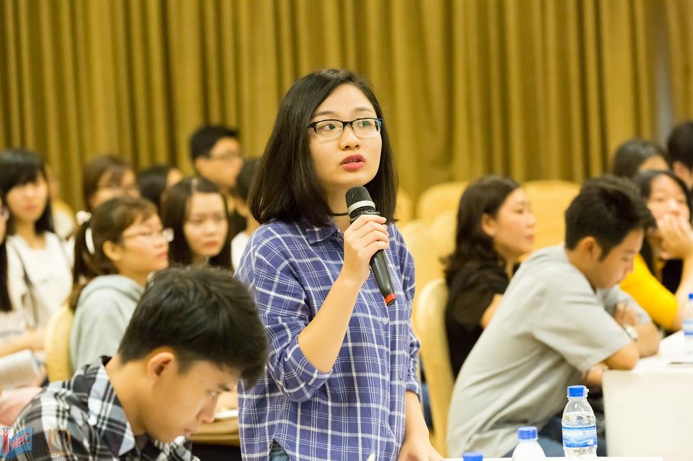 Học sinh đặt câu hỏi với du học sinh