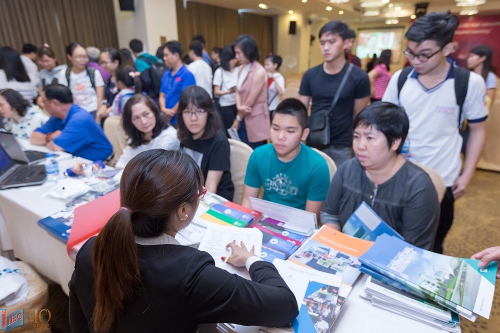 Học sinh sinh viên đang tư vấn thông tin
