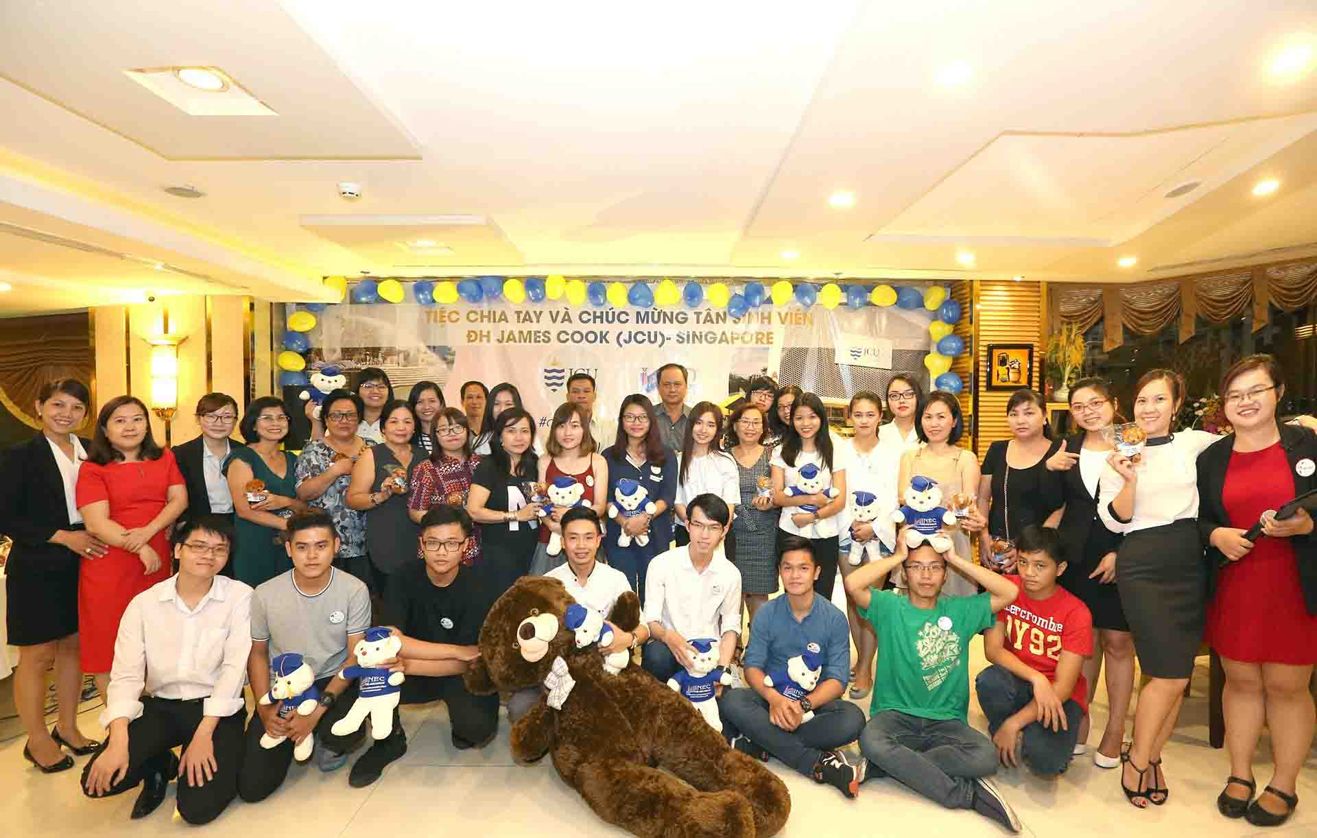 Tiệc chia tay và hướng dẫn bay cho tân sinh viên JCU Singapore là một kỷ niệm không thể quên của tất cả chúng ta với đầy đủ các cung bậc cảm xúc khác nhau. Các bạn được làm quen với nhau thông qua những trò chơi nhỏ, thú vị và cùng thổi nến chúc mừng sinh nhật một thành viên của đại gia đình INEC. Đây cũng là cơ hội để các em tạo nên một cộng đồng SVVN tại JCU Singapore lớn mạnh, sẵn sàng hỗ trợ nhau trong quá trình tự lập xa nhà của mình.