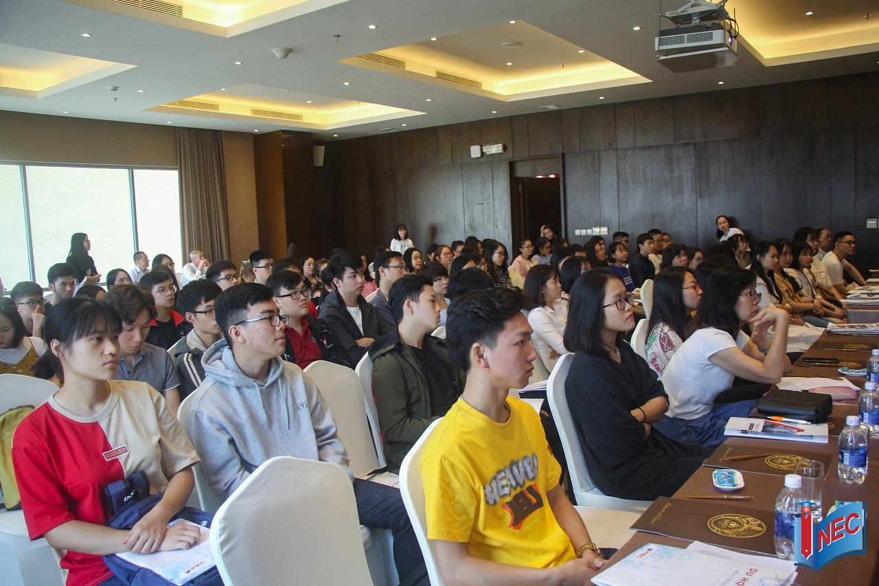 Quý khách tham dự chăm chú lắng nghe các thông tin trong hội thảo