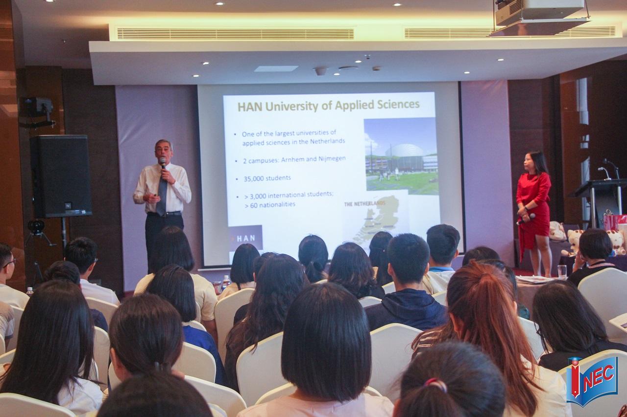 Đại diện Đại học KHUD HAN cung cấp thông tin về chương trình đào tạo, học bổng và cơ hội nghề nghiệp cho sinh viên