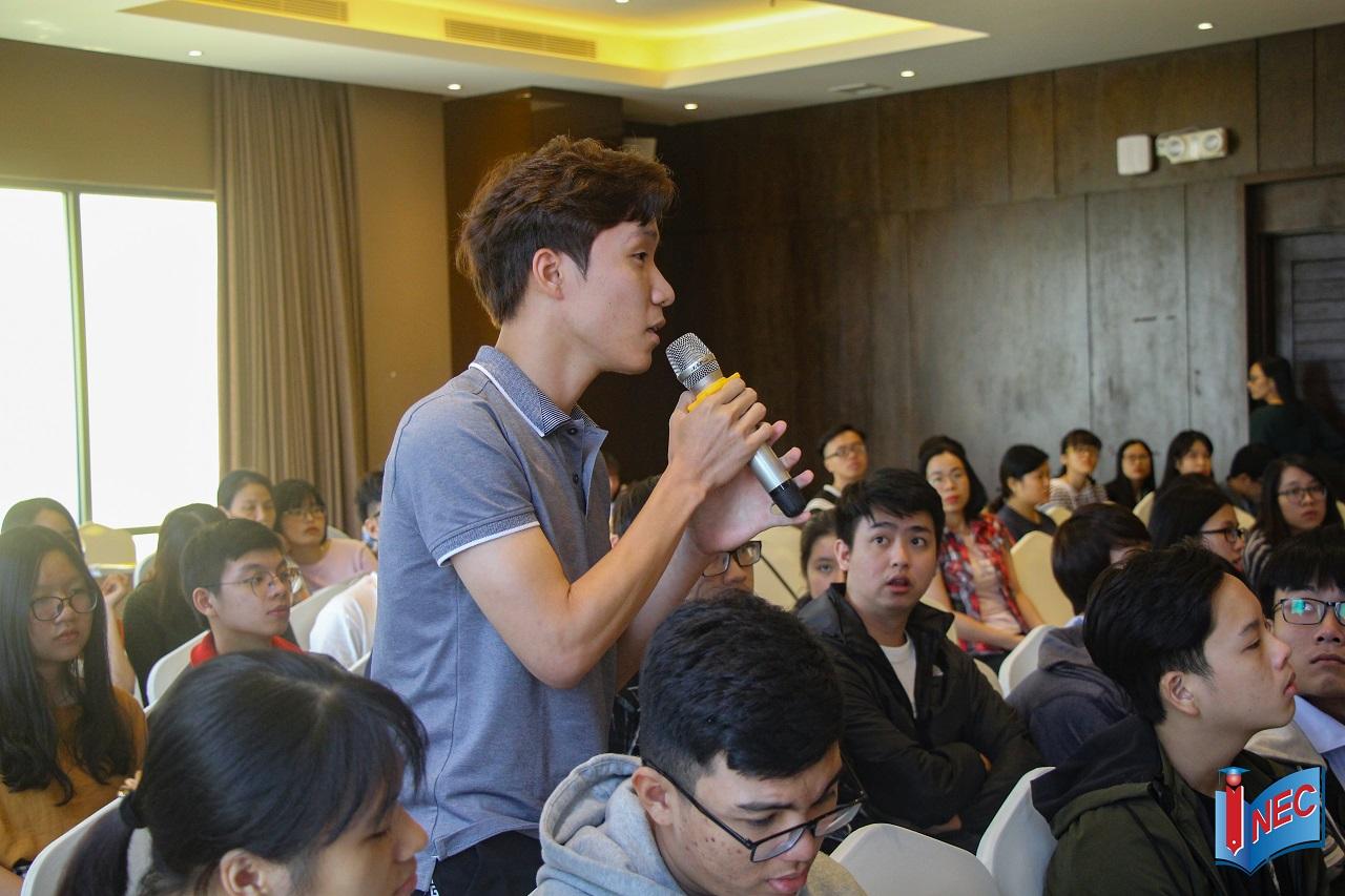 ...và đặt nhiều câu hỏi về ngành học, trường, học bổng, thủ tục hồ sơ du học châu Âu...