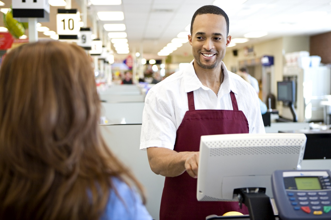 Làm thu ngân trong các siêu thị là công việc bán thời gian phổ biến với sinh viên