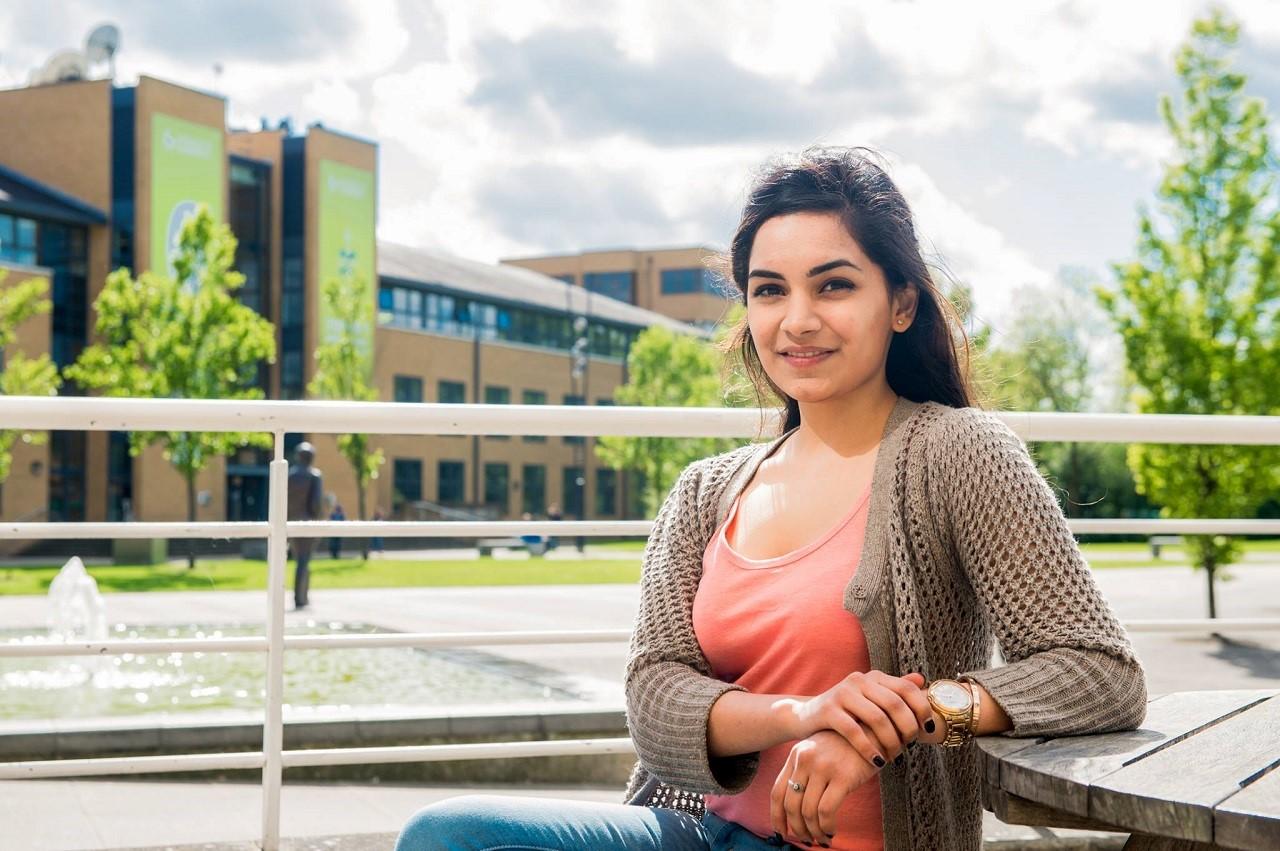 Học bổng du học Anh 10.000 GBP Đại học Surrey 4