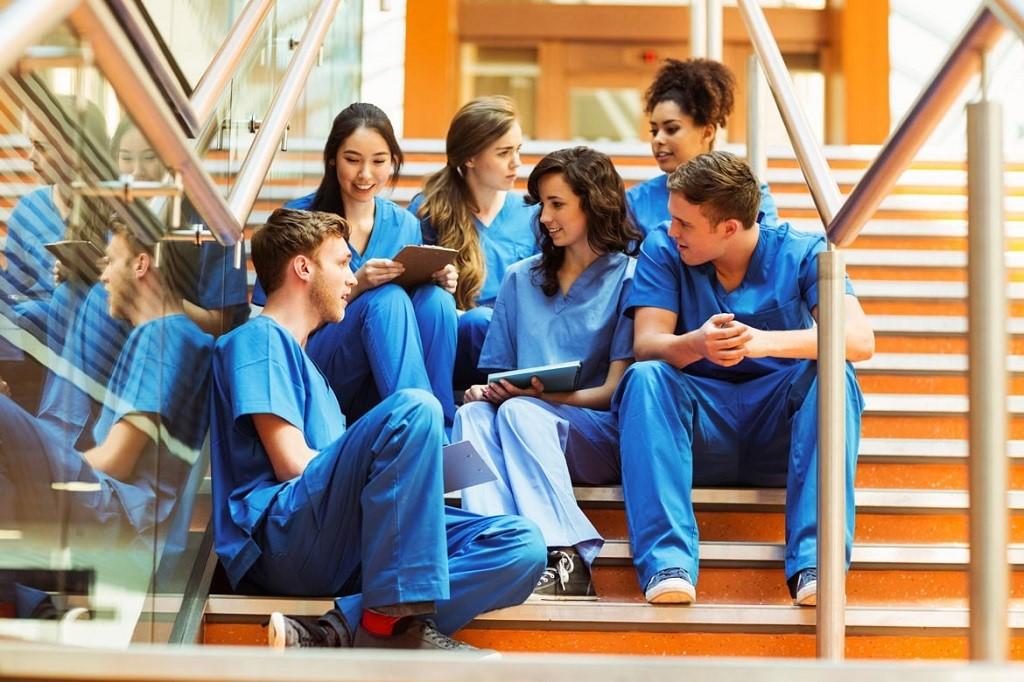A Level AAA hoặc AAB là điểm tối thiểu để nộp đơn vào ngành y tại Anh