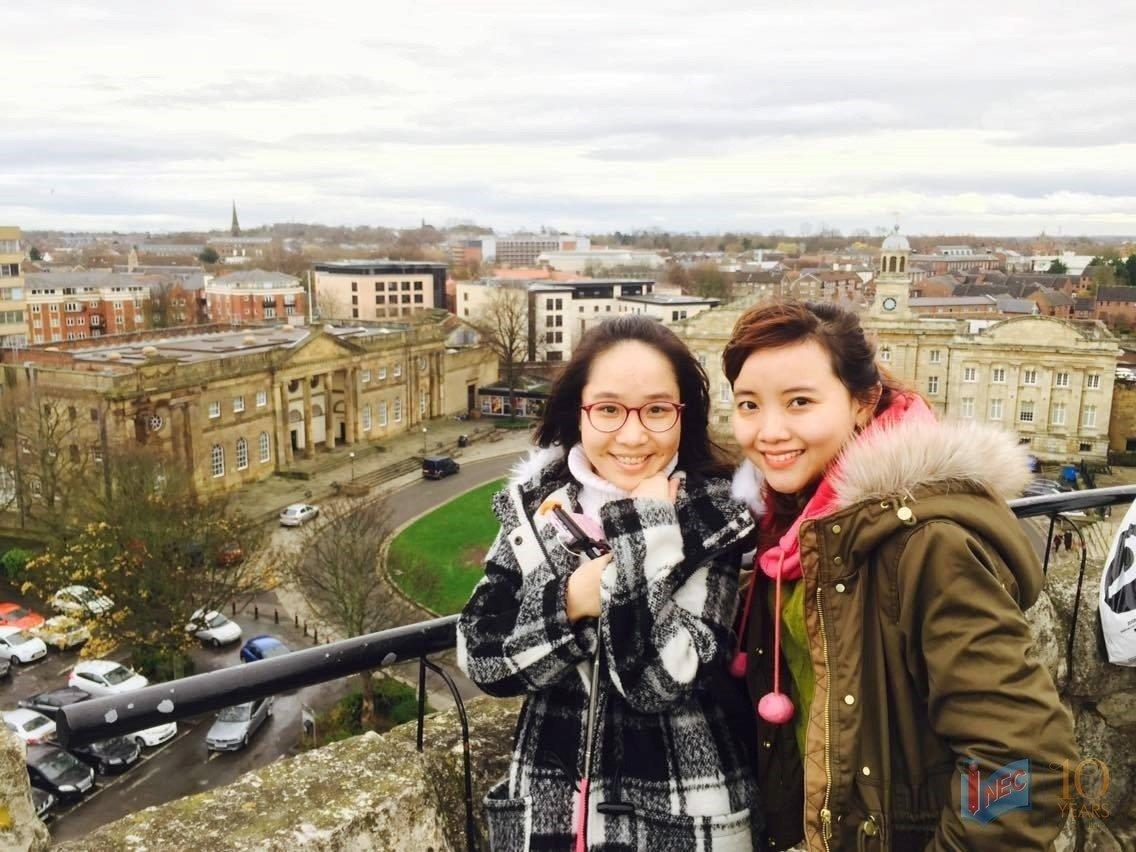 Nguyễn Phương Thảo (phải) chọn Đại học York St John để du học thạc sĩ Anh Quốc khóa Quản trị Kinh doanh Quốc tế