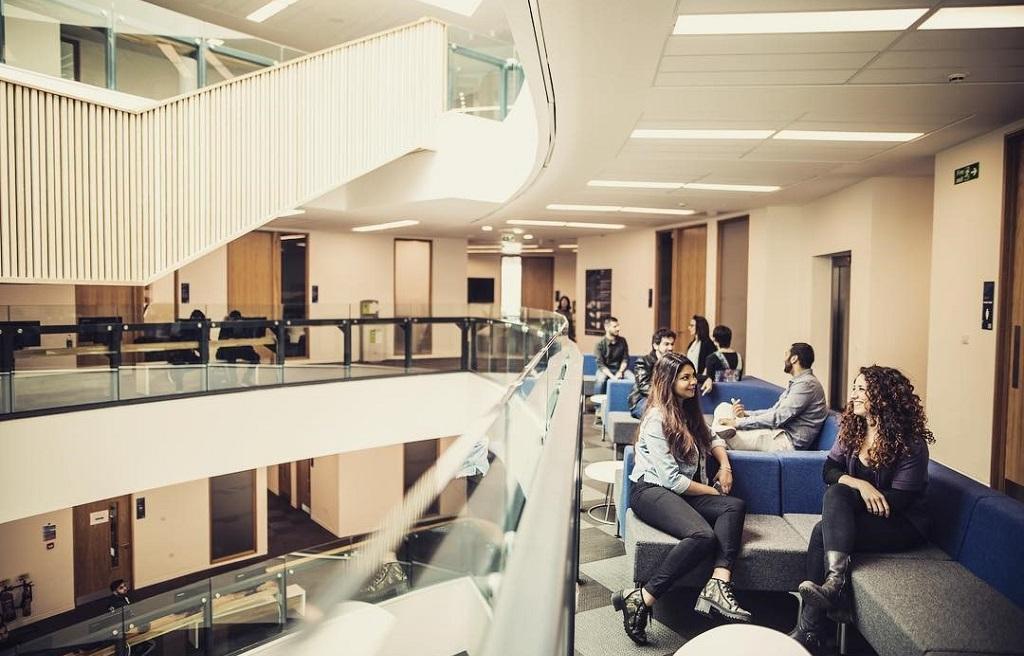 Đại học Huddersfield là chọn lựa du học Anh chi phí hợp lý cho sinh viên