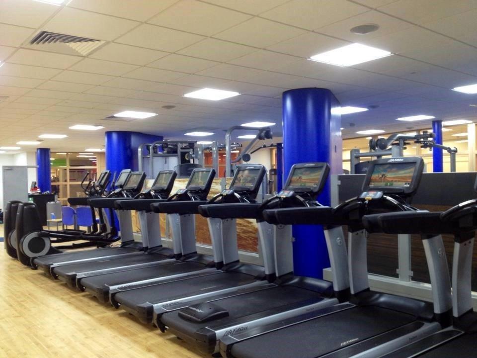 Phòng tập thể dục với máy móc hiện đại