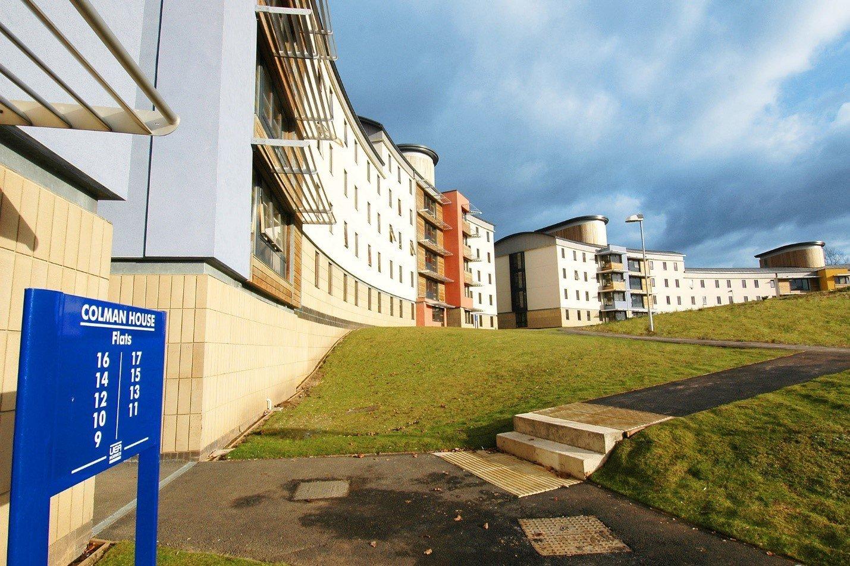 Khuôn viên rộng lớn của trường Đại học East Anglia