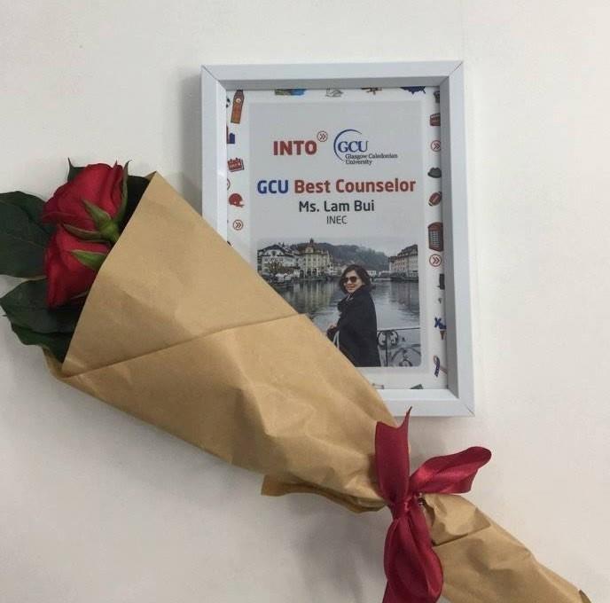 """Chị Bùi Nhật Lam – Quản lý tuyển sinh chương trình Anh Quốc vinh hạnh nhận giải thưởng """"Tư vấn viên xuất sắc nhất"""" của trường INTO GCU"""