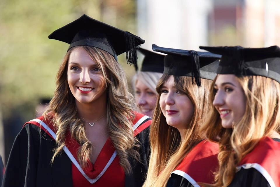 Sinh viên Teesside rạng rỡ trong ngày lễ tốt nghiệp
