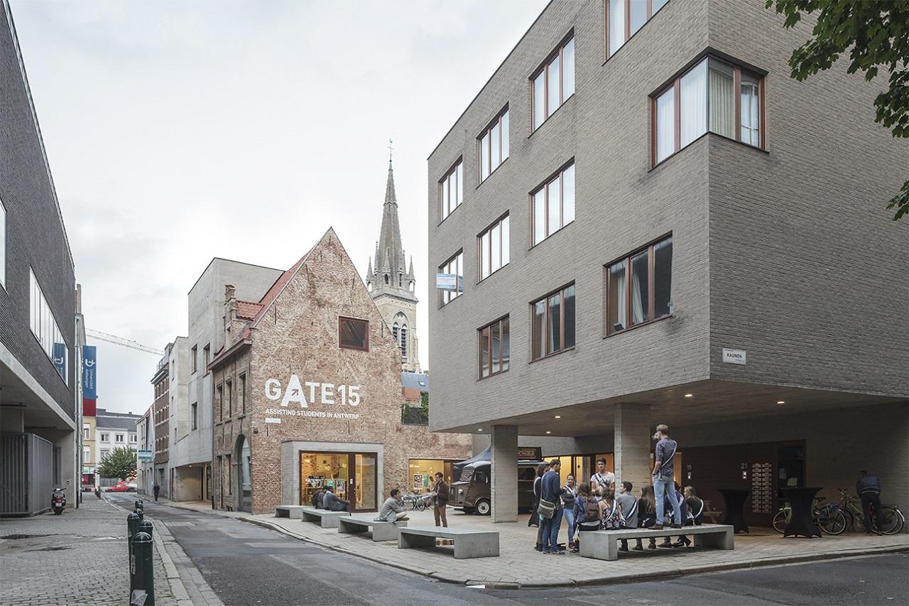 Gate 15 là một dự án nằm ở trung tâm của khu vực sinh viên Antwerp mở cửa từ năm 2014. Địa điểm này bao gồm một không gian làm việc chung, một phòng đa chức năng, 29 phòng sinh viên và House Of The Student: nơi sinh viên có thể thu thập thông tin, giao tiếp xã hội, tổ chức các cuộc họp hoặc tổ chức các sự kiện. Phần lớn nhất được xây dựng mới, nhưng dự án cũng tích hợp một di tích được bảo vệ.