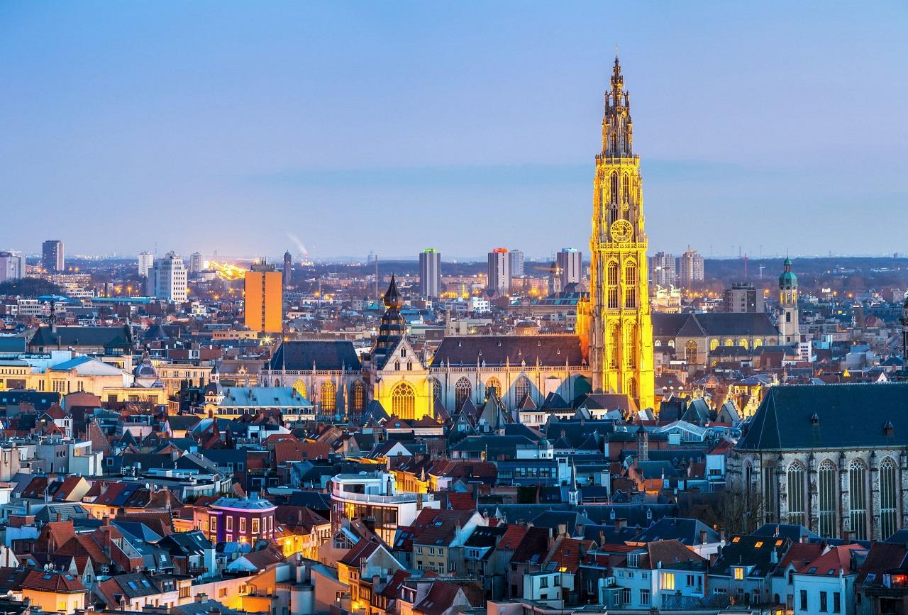 Nhà thờ Đức Bà Antwerp rực rỡ khi màn đêm buông xuống