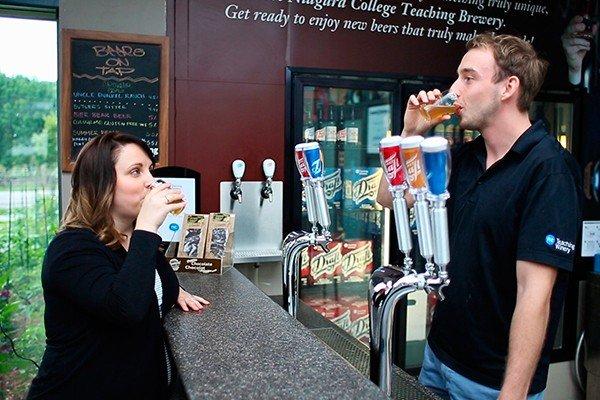 Buổi thử rượu khi học ngành sản xuất bia rượu