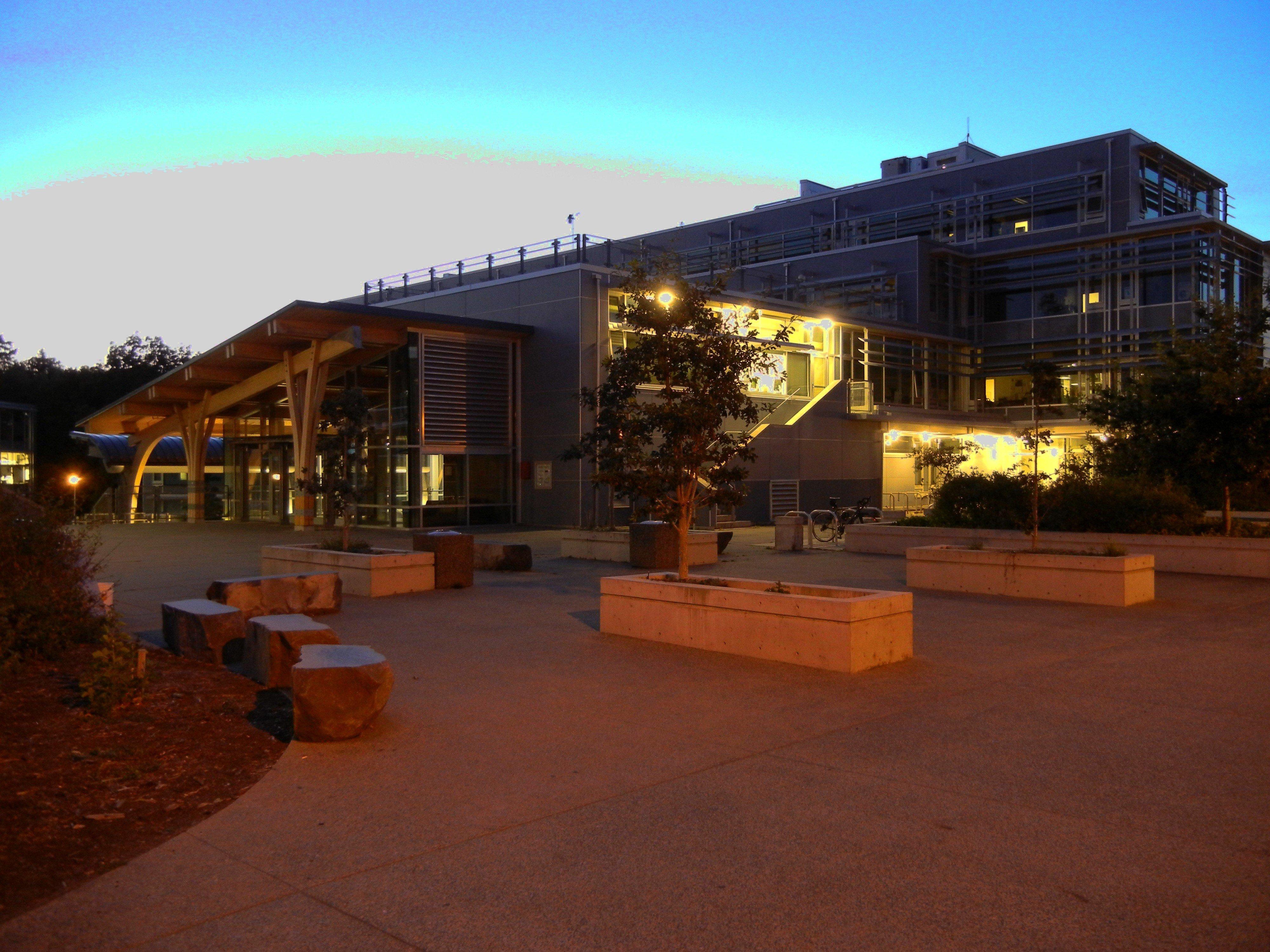 Là đại học Top 10 tại Canada và thuộc Top 200 trên thế giới, Victoria University thu hút đông đảo du học sinh quốc tế bởi danh tiếng của trường, chất lượng đào tạo đỉnh cao, nhiều công trình nghiên cứu tầm cỡ, nhiều học bổng, hỗ trợ tài chính, giải thưởng cho họ sinh xuất sắc. Được trở thành sinh viên của ĐH Victoria là một niềm vinh dự lớn. ELC là con đường chuyển tiếp vào ĐH Victoria hiệu quả nhất!