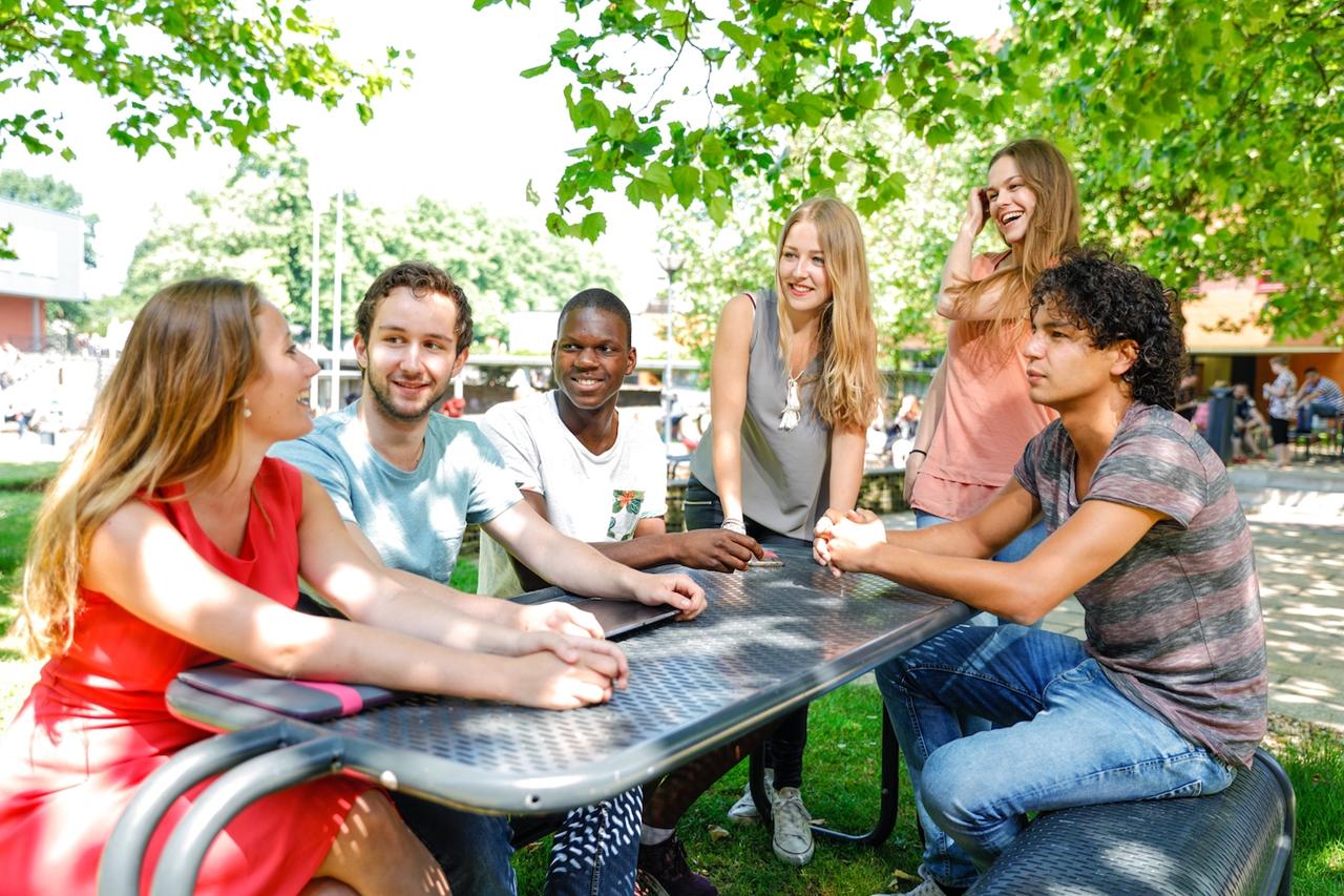 Tính quốc tế tại Đại học KHUD HAN không chỉ đến từ thành phần quốc tịch đa dạng của sinh viên mà còn từ đặc trưng của chương trình đào tạo, công trình nghiên cứu và hợp tác của trường với các đối tác khắp thế giới