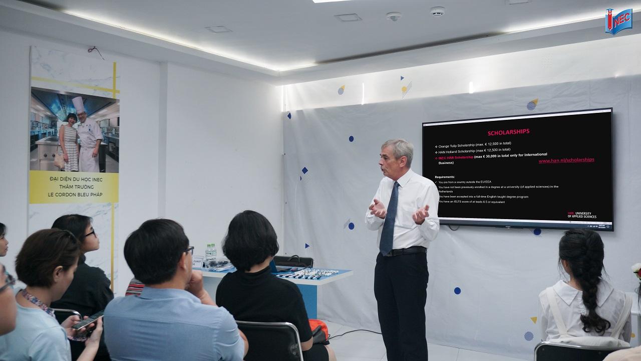 Mr. Ton Van Osch - Đại diện Đại học KHUD HAN giới thiệu về học bổng HAN-INEC trị giá 100% học phí đại học suốt 4 năm