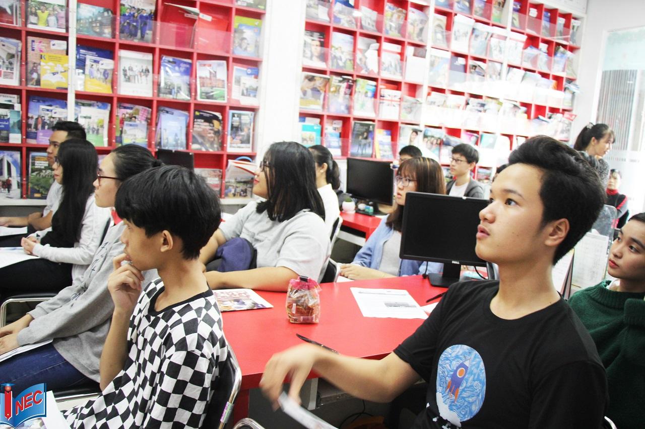Quý khách tham dự hội thảo chăm chú lắng nghe thông tin từ Đại học KHUD HAN