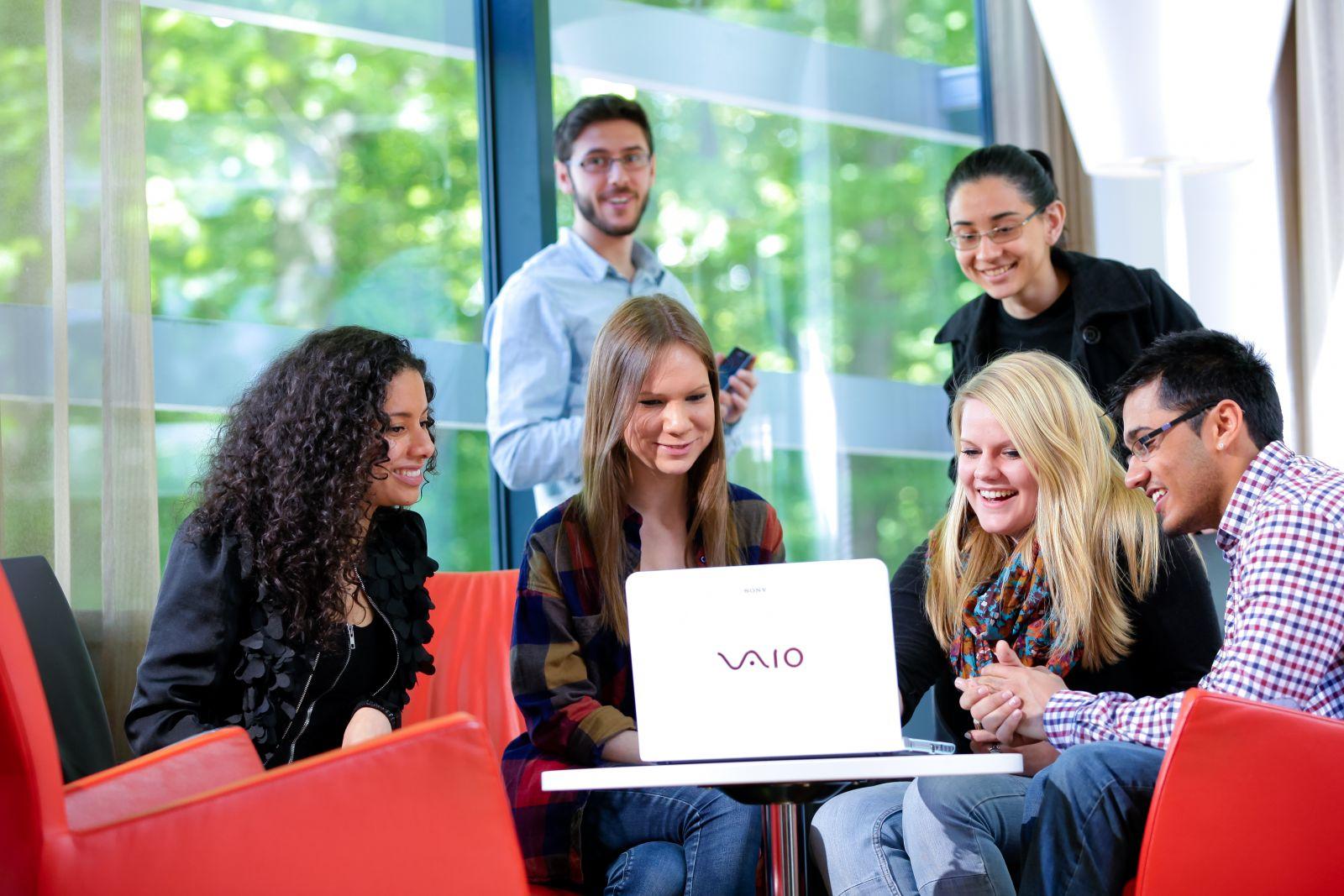 Sinh viên thực hiện các dự án nhằm giải quyết vấn đề cho những khách hàng thực tế