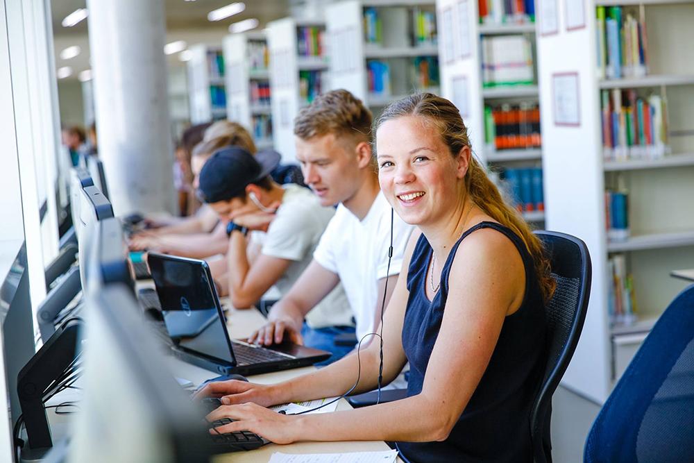 Sinh viên Đại học KHUD HAN thoải mái truy cập nguồn tài liệu phong phú tại trường