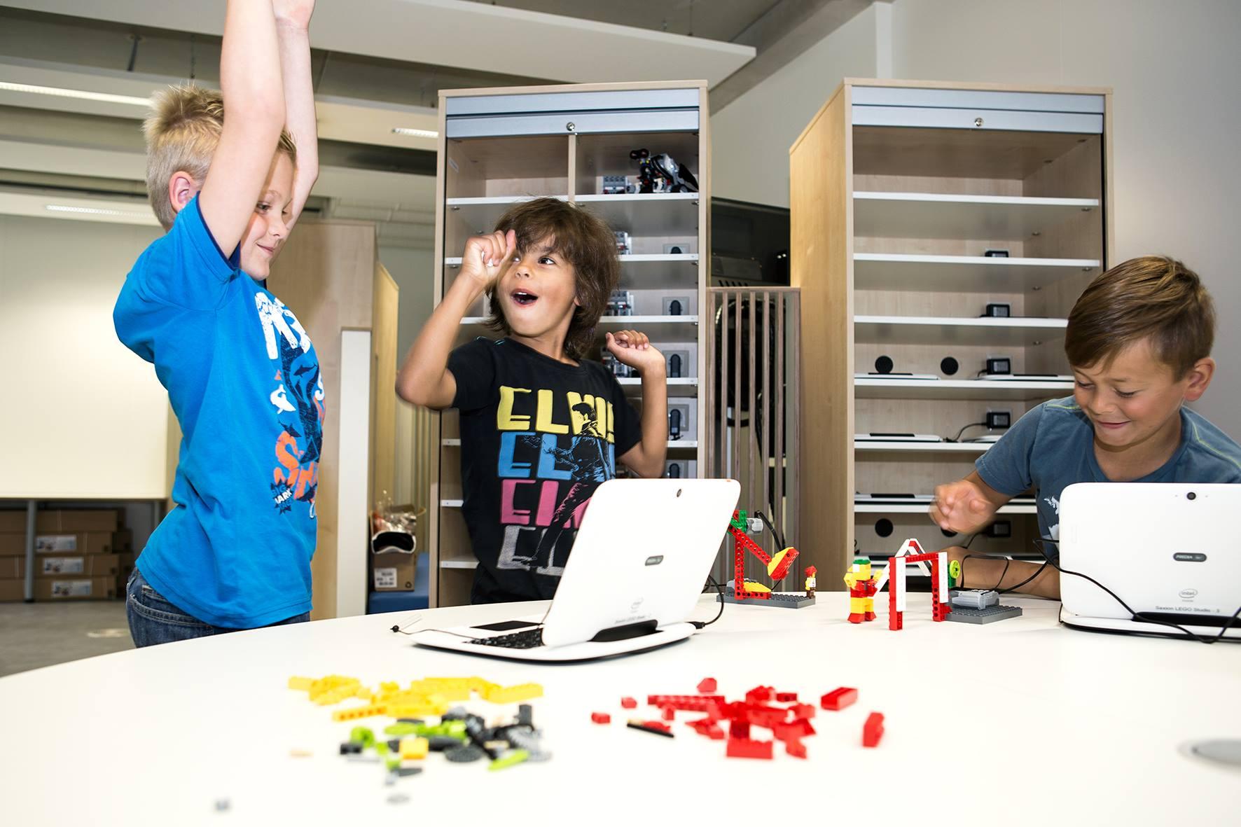 Niềm vui nghiên cứu khoa học công nghệ của các bạn nhỏ tại Lego Studio của Đại học KHUD Saxion