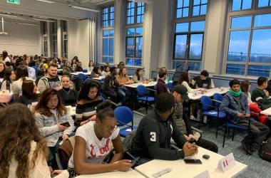"""Sinh viên được chia nhóm làm đại diện của các quốc gia để thảo luận về những vấn đề """"nóng"""" hiện nay"""
