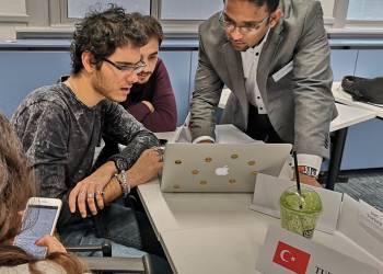 Sinh viên làm việc nhóm để chuẩn bị cho phần thuyết trình và phản biện