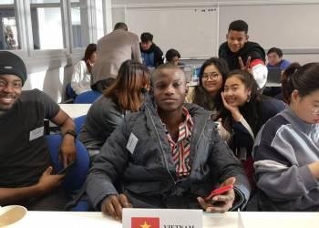 Nhóm sinh viên được phân công trình bày các vấn đề của Việt Nam