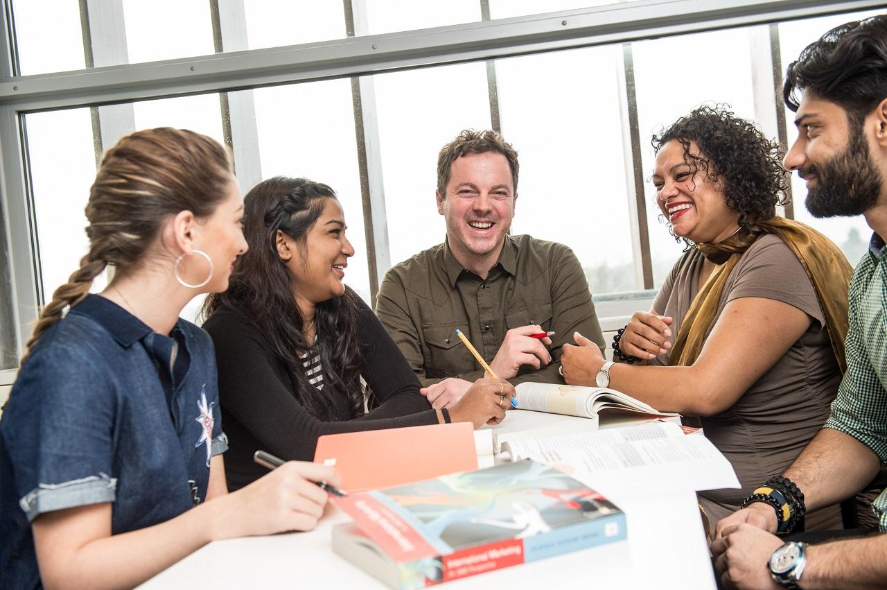 Thực hiện các dự án nhóm nhỏ là hoạt động thường xuyên của sinh viên Đại học KHUD Wittenborg
