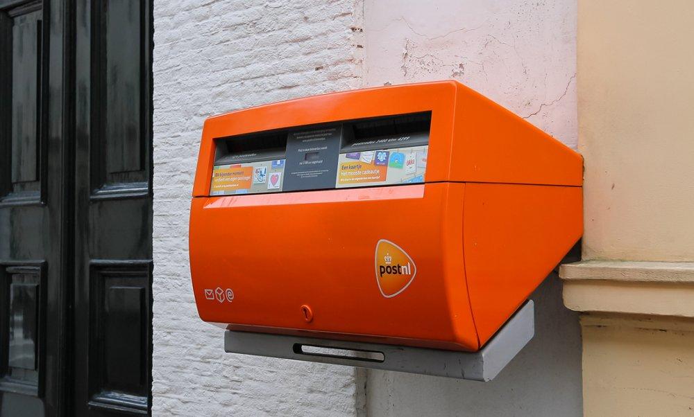 Dễ dàng bắt gặp hộp thư màu cam nổi bật ở những góc phố Hà Lan