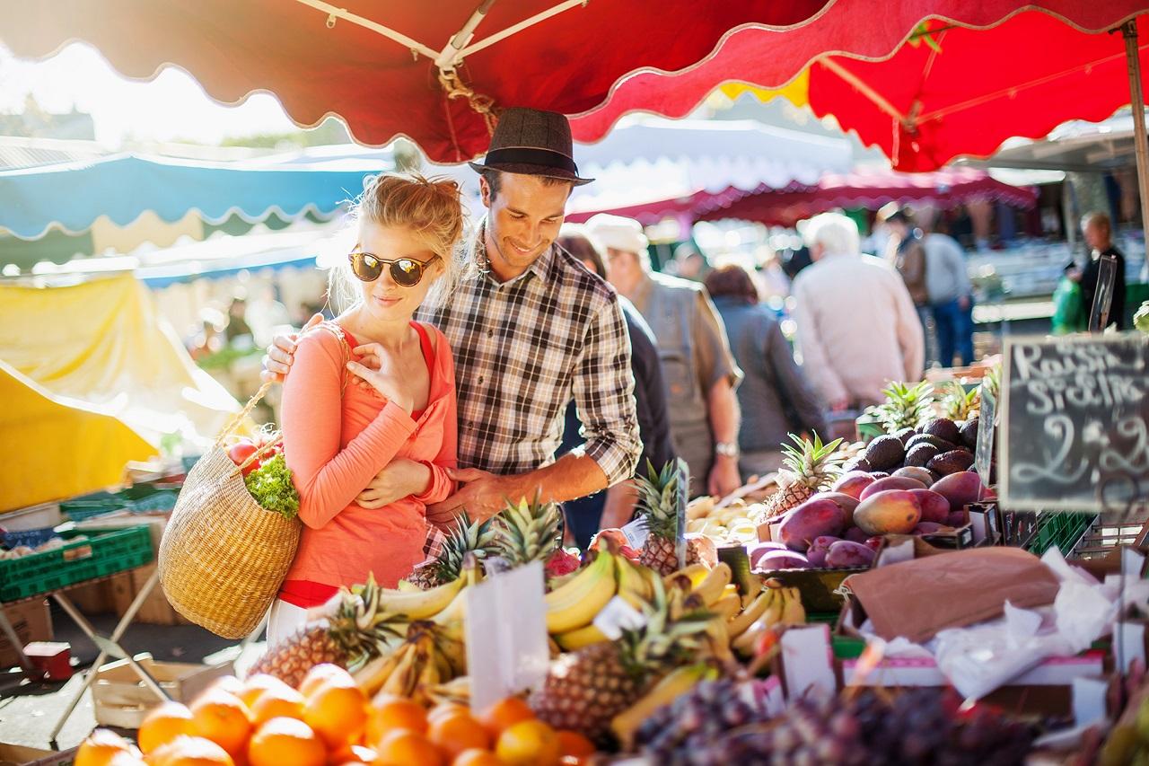 Bạn có thể mua thực phẩm và nhiều hàng hóa khác tại các phiên chợ được mở mỗi tuần với giá phải chăng