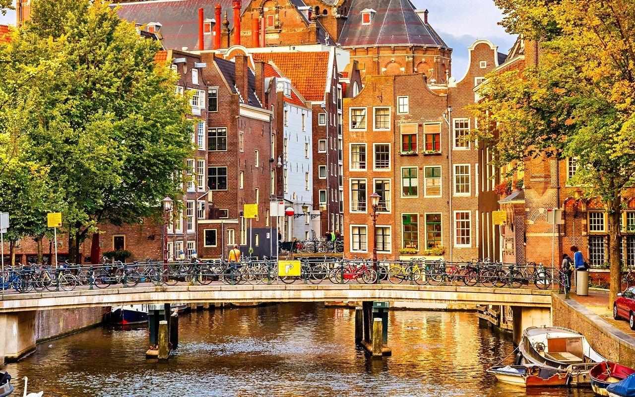 Amsterdam trong ánh nắng hạ