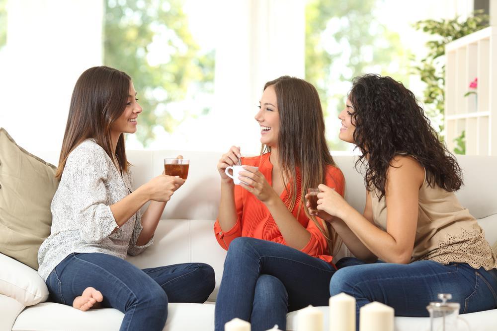 Sinh viên có thể ở chung với bạn bè để giảm bớt tiền thuê nhà. Ảnh: shutterstock