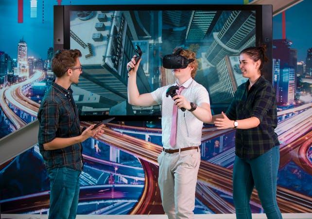 Sinh viên trải nghiệm thiết bị thực tế ảo tại Đại học KHUD NHL Stenden