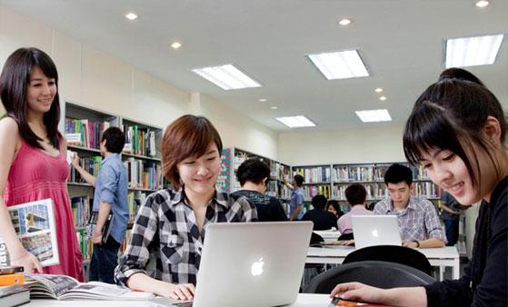 Sinh viên trường TOA tại thư viện