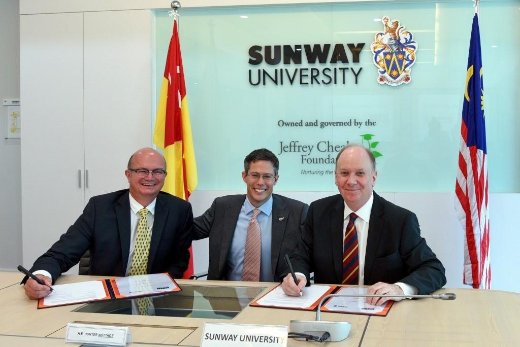 (Từ trái qua) Ông Matthew Marshall - Hiệu trưởng IDEAschool của EIT, ông Hunter Nottage - Cao ủy New Zealand đến Malaysia và ông Graeme Wilkinson - Phó hiệu trưởng Đại học Sunway trong buổi ký kết MOU.