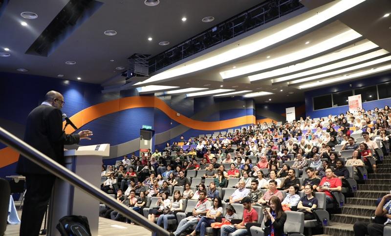 Diễn giả thuyết trình trước các học sinh sinh viên trong ngày hội Open Day của Đại học Sunway