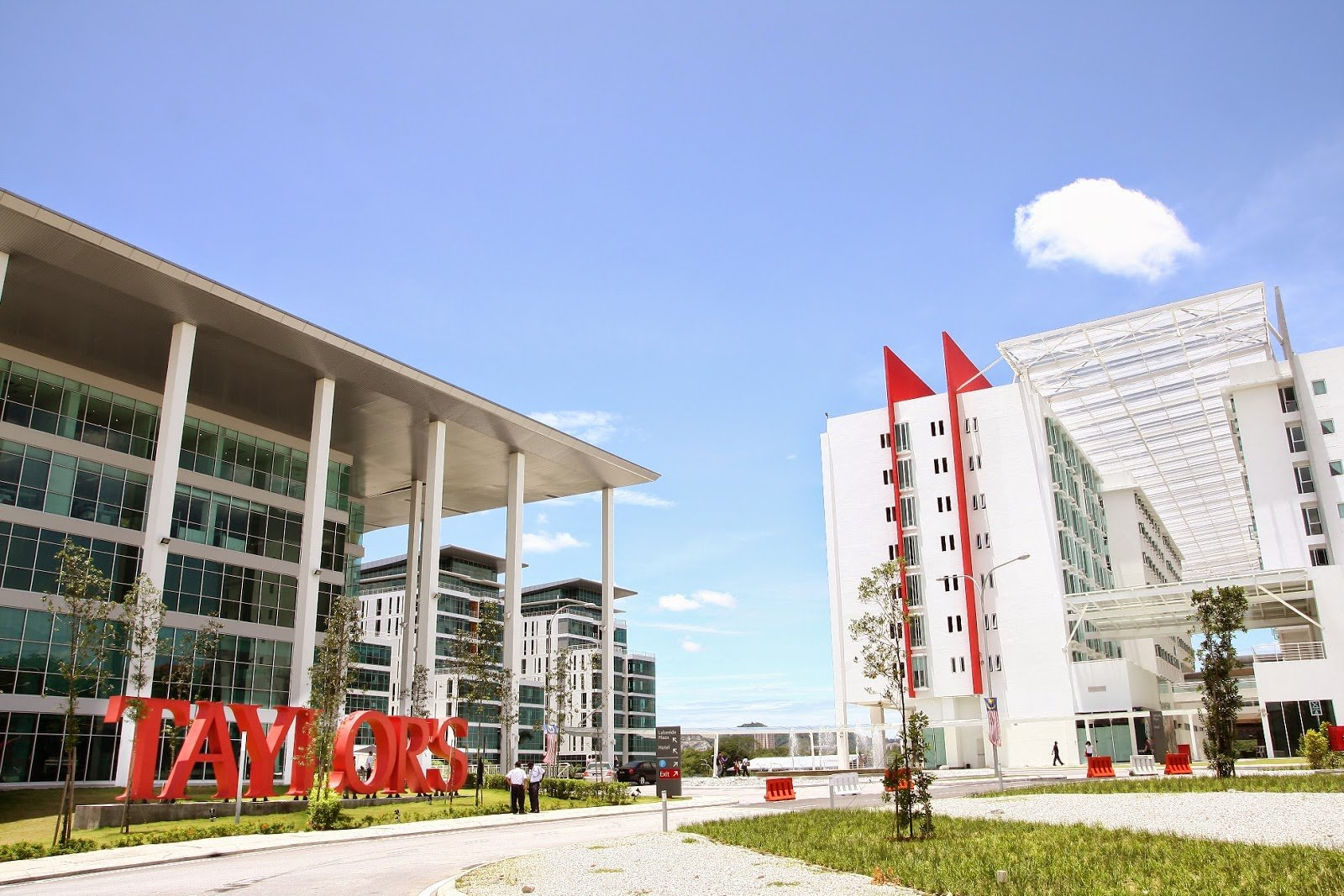 Đại học Taylors được thành lập vào năm 1969, là trường đại học lâu đời và danh tiếng thuộc top đầu của Malaysia. Tại Taylors, sinh viên sẽ được học tập và sinh hoạt trong một môi trường quốc tế đa sắc màu với sinh viên đến từ 70 quốc gia trên toàn thế giới. Có rất nhiều lý do khiến Taylors đươc yêu mến và lựa chọn, hãy cùng nhau tìm hiểu nhé!
