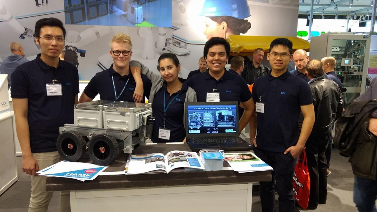 Nhóm thực hiện sản phẩm thiết bị đo đường tự động trong triển lãm Teknologia17 (gồm 3 sinh viên Việt Nam: Giang Nguyen, Khoa Dang và Minh Tran)