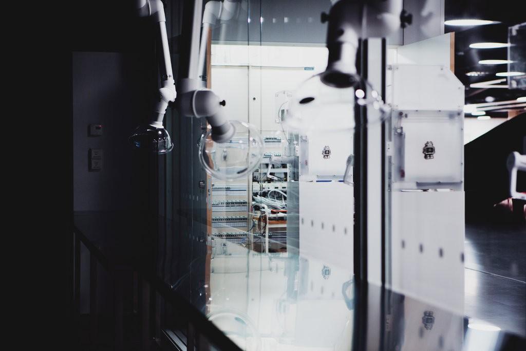 Một xưởng làm việc tại Oodi với máy in 3 chiều và các thiết bị kỹ thuật khác. Tommi Laitio, giám đốc điều hành về văn hóa và giải trí của Helsinki, cho biết, thư viện này cho phép mọi người trải nghiệm tương lai.