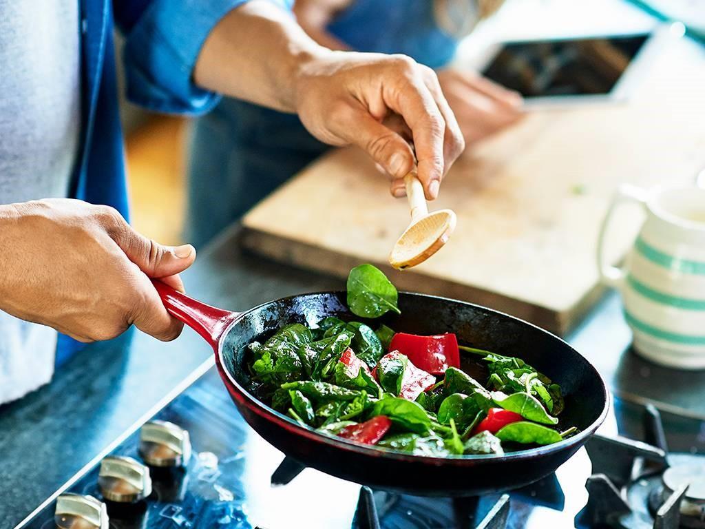 Tự nấu nướng sẽ giúp bạn có những bữa ăn lành mạnh mà tiết kiệm chi phí du học Phần Lan