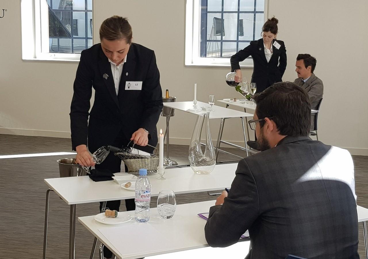 Sinh viên Le Cordon Bleu trong giờ thực hành về rượu vang