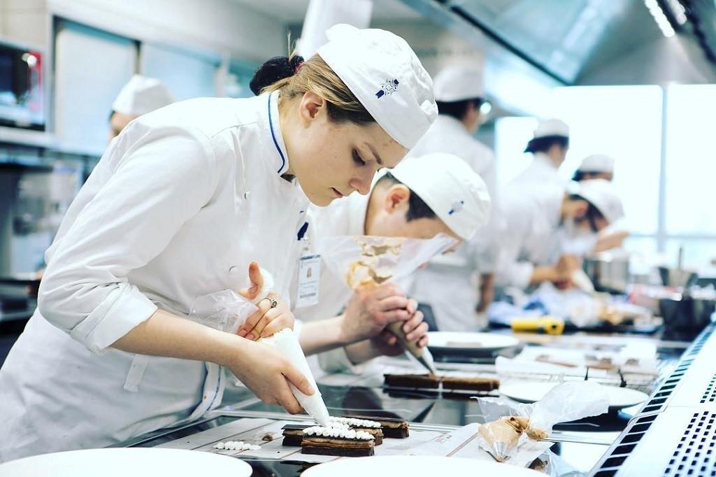 Sinh viên Le Cordon Bleu trong giờ thực hành ẩm thực ngay trong nhà bếp của trường