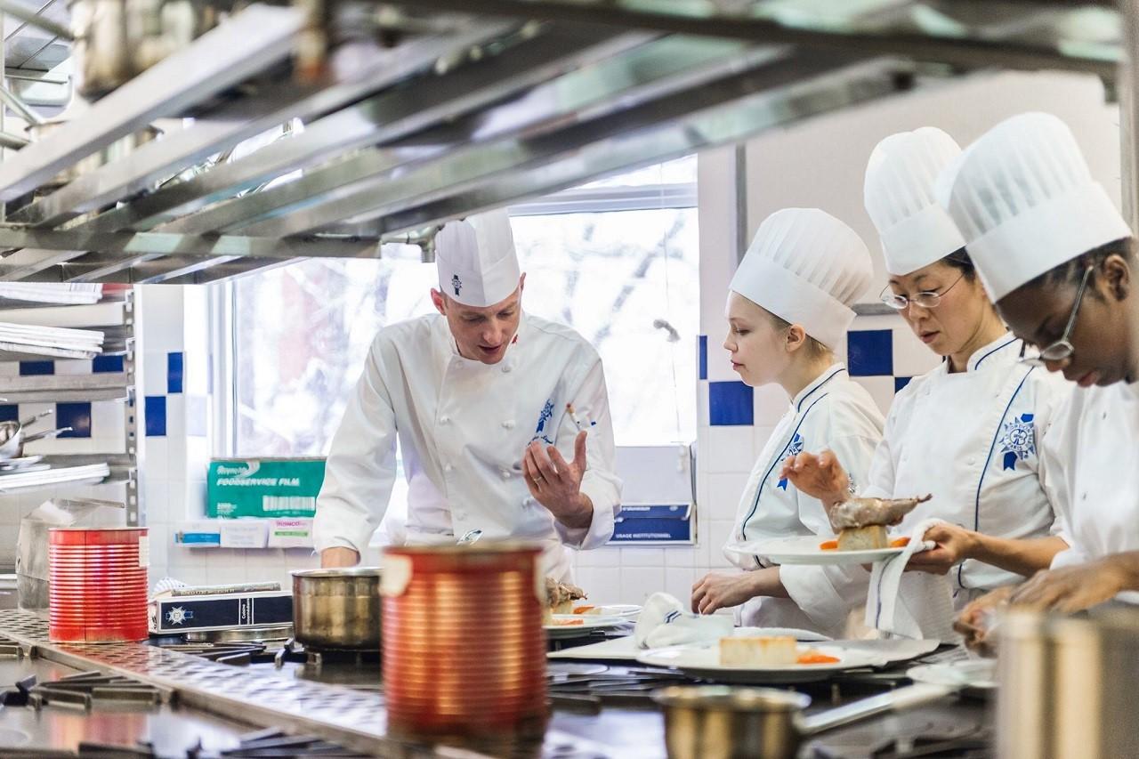 Thực hành dưới sự hỗ trợ của các đầu bếp tại Le Cordon Bleu Paris