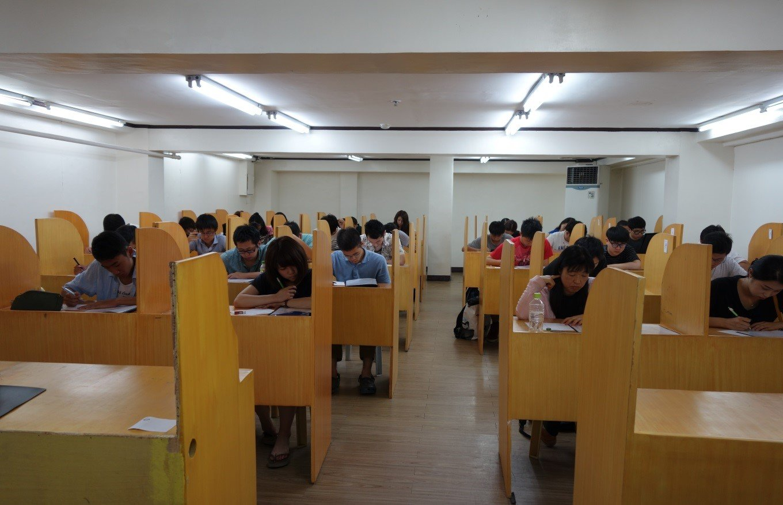CIPLS (Viết tắt của Center for Premier International Language Studies), là cơ quan đào tạo Anh ngữ hàng đầu Philippines, được công nhận bởi các tổ chức ngoài, là trường học đầu tiên ở Philippines xây dựng khu học xá theo mô hình ký túc xá có đầy đủ các thiết bị tiện ích, là trường đầu tiên phát triển chương trình học 1:1 và lớp nhóm nhỏ. Trung tâm ESL của trường Đại học San Josse Recoletos là cơ quan giáo dục hàng đầu Philippines, đã và đang nỗ lực để đưa Philippines trở thành một trục trong khối các nước đào tạo Anh Ngữ, tiếp theo các nước Mỹ, Canada, Úc, Anh...