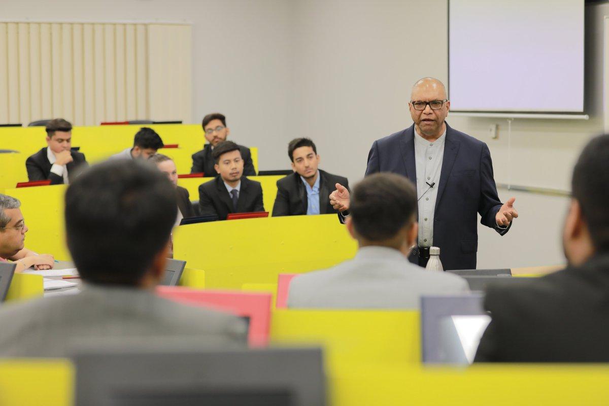 Giảng viên S P Jain giỏi chuyên môn, giàu kinh nghiệm trong ngành, dễ dàng tiếp cận và sẵn sàng hỗ trợ sinh viên