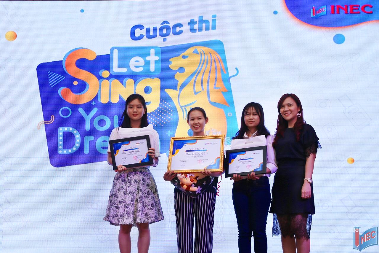 """Bạn Phạm Lê Bích Ngọc (thứ 2 từ trái qua) nhận giải thưởng dành cho người chiến thắng cuộc thi """"Let Sing Your Dream"""" do Đại diện Du học INEC trao tặng"""